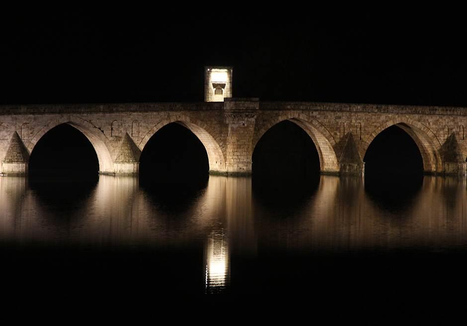 Most na reci Drini dobio je novu rasvetu.