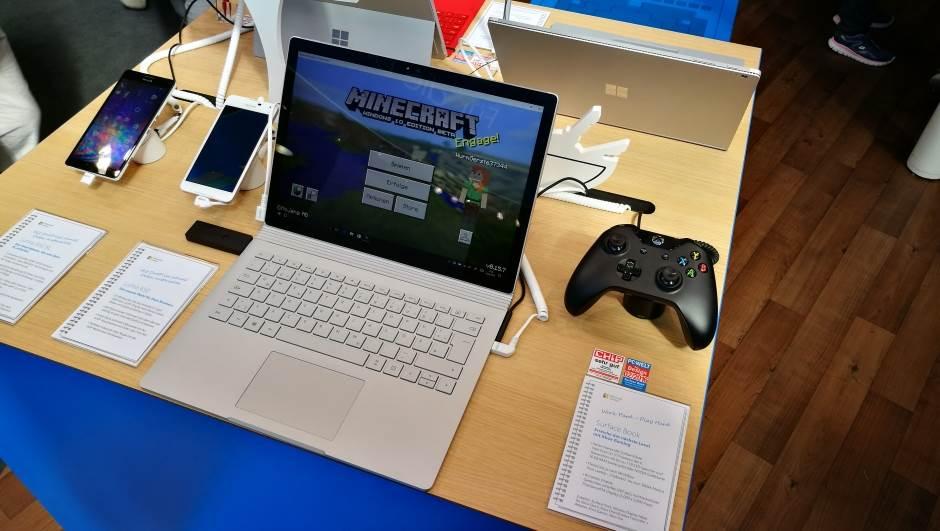 Bežično igranje XBox One igara na Windows 10 laptopu uz bežični XBox One kontroler.