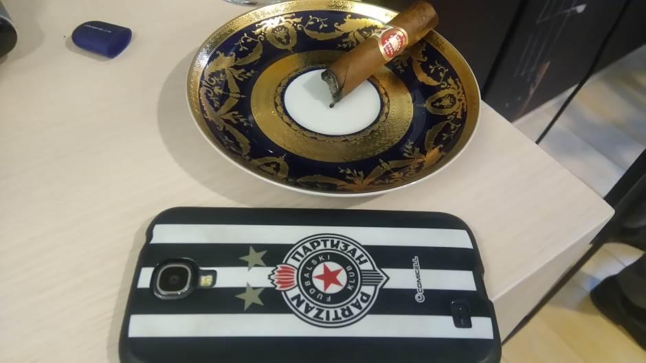 Partizan, maska za mobilni telefon, cigara
