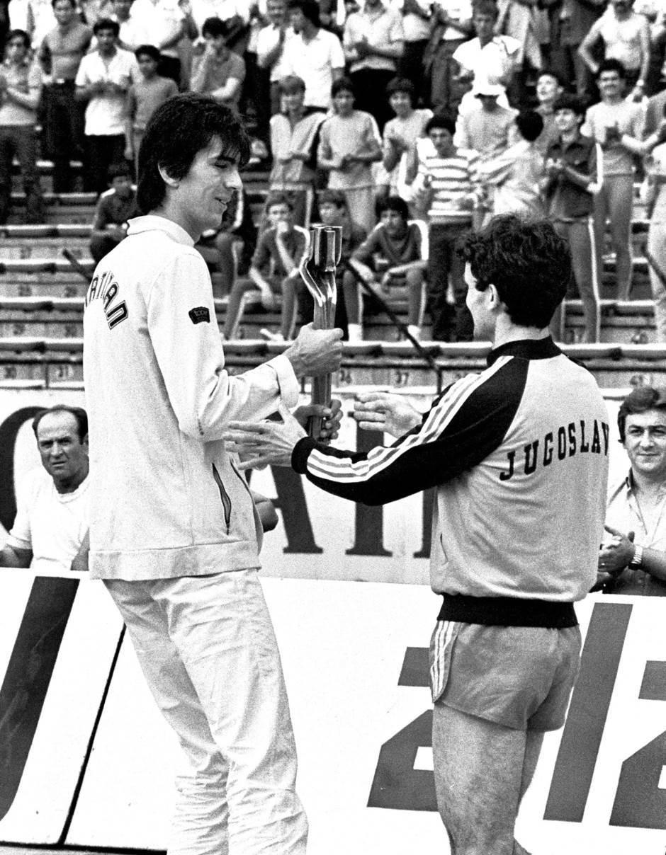 Milenko Savović nosi štafetu Mladosti 1982. godine uoči finala Kupa Maršala Tita između Crvene zvezde i Dinama (4:2).