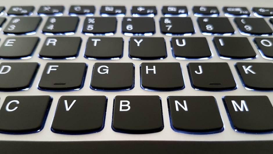 Zašto J i F na tastaturi imaju crticu