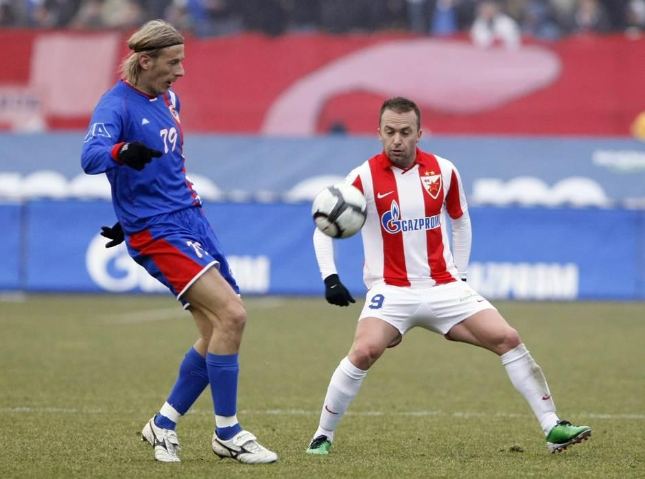 Branislav Krunić (FK Borac) u duelu sa Ognjenom Koromanom (FK Crvena zvezda) na prijateljskom meču 2011. godine