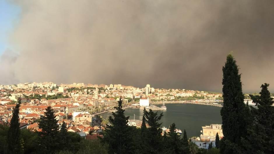 Vatra pred Splitom, čuju se eksplozije! FOTO