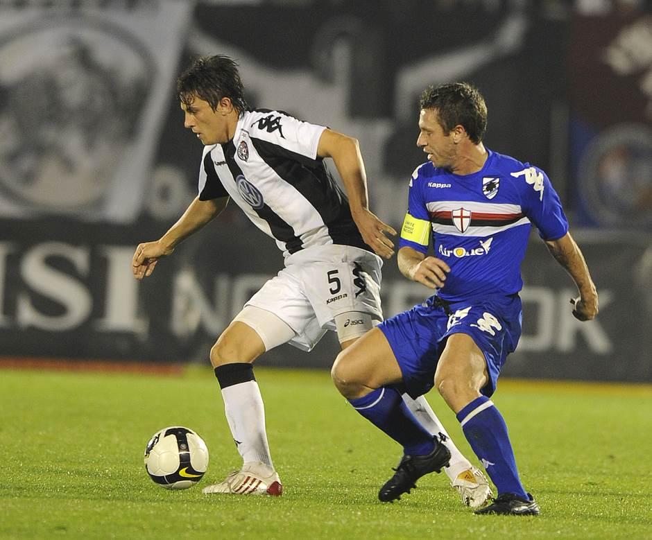 Kasano u duelu sa Ljubomirom Fejsom (Partizan - Sampdorija, 2008. godine)