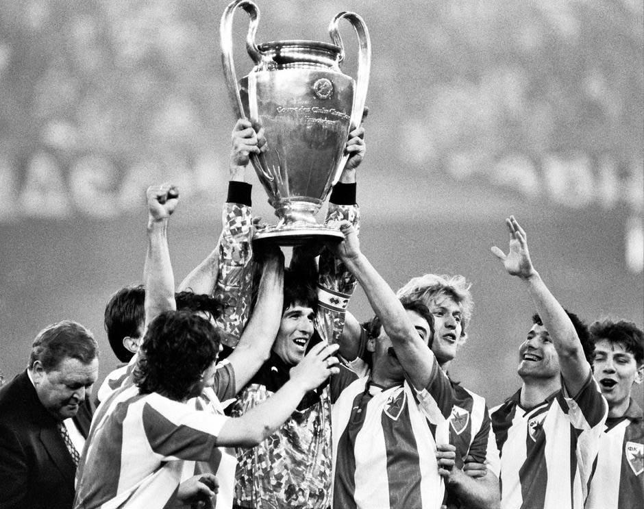 Finale kupa šampiona, Stevan Stojanović, golman i kapiten Crvene zvezde sa saigračima i peharom šampiona. Bari, 29.05.1991