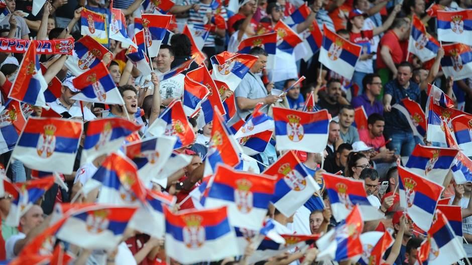 Srbija orlovi navijači navijaci stadion publika zastava srbije