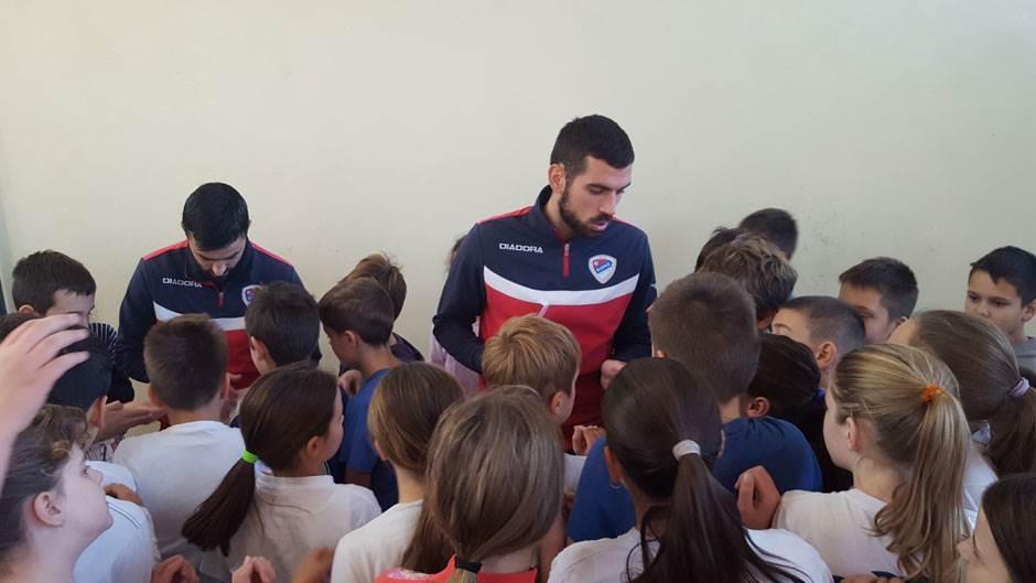 FK Borac posjeta OŠ Zmaj Jova Jovanović