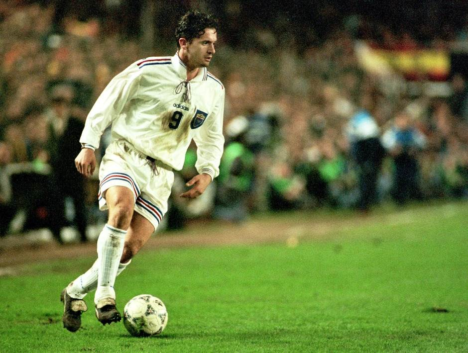 Predrag Mijatović u dresu sa pertlom, jesen 1996. godine, kvalifikacije za Mundijal u Francuskoj.