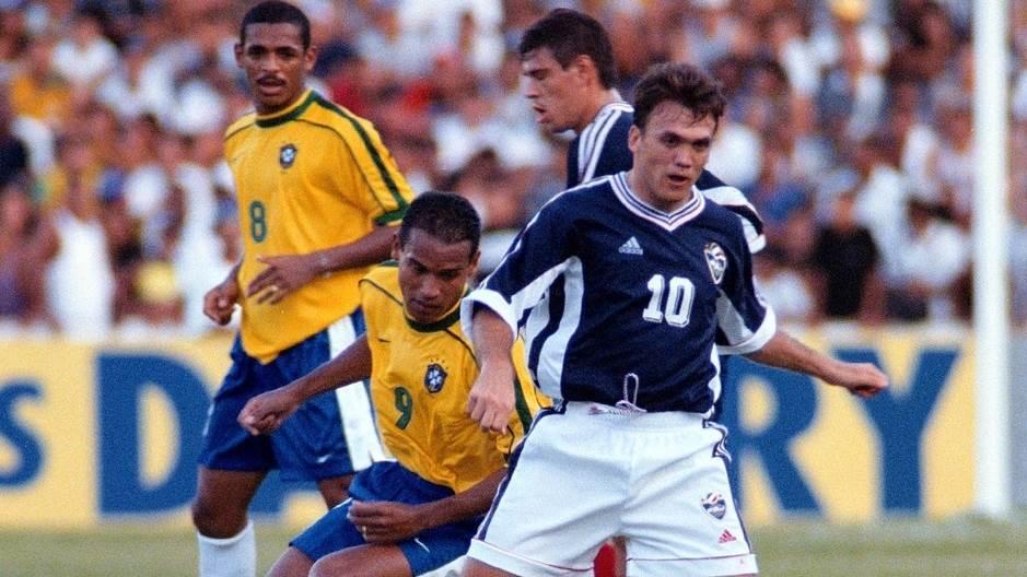 Dejan Rambo Petković prolazi pored Milera, fudbalera Brazila. Sao Luis, 1998. godine.