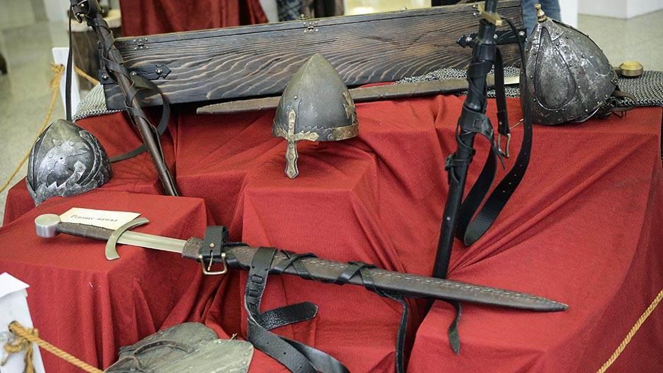 nemanjići serija izložba, mač, kaciga, srednji vek, vitez