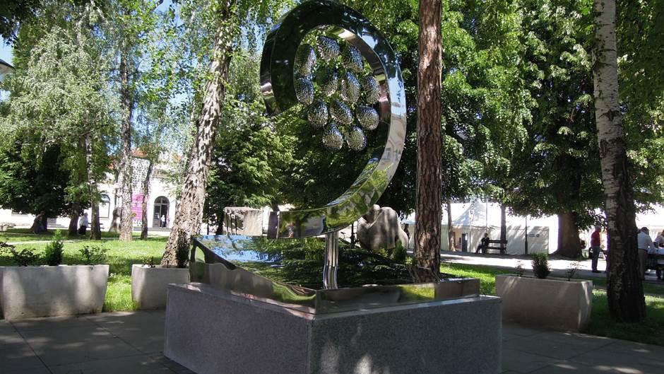 spomenik, 12 beba, Život