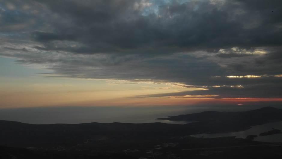 pokrivalica kotor boka kotorska more zaliv oblaci vreme prognoza kiša oluja bura planina stene