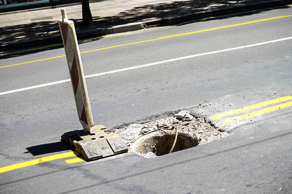 rupa na putu, rupa, radovi, ulica, put, saobraćaj, radovi na putu,