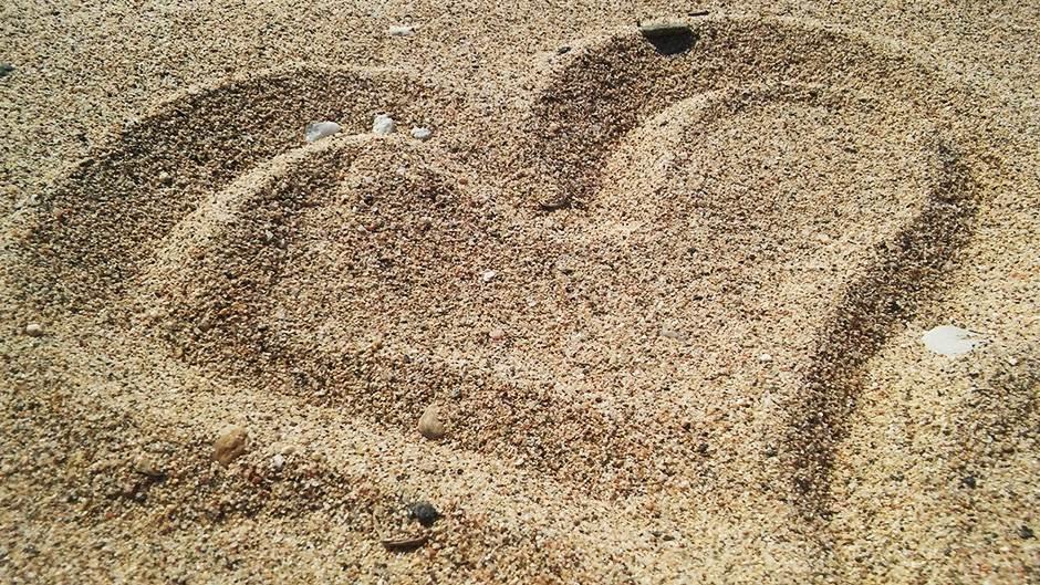 plaža, letovanje, pesak, ljubav, srce