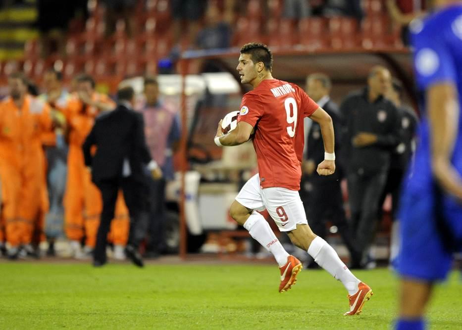 Aleksandar Mitrović proslavlja svoj prvi gol u dresu orlova - protiv Hrvatske u kvalifikacijama za Svetsko prvenstvo.