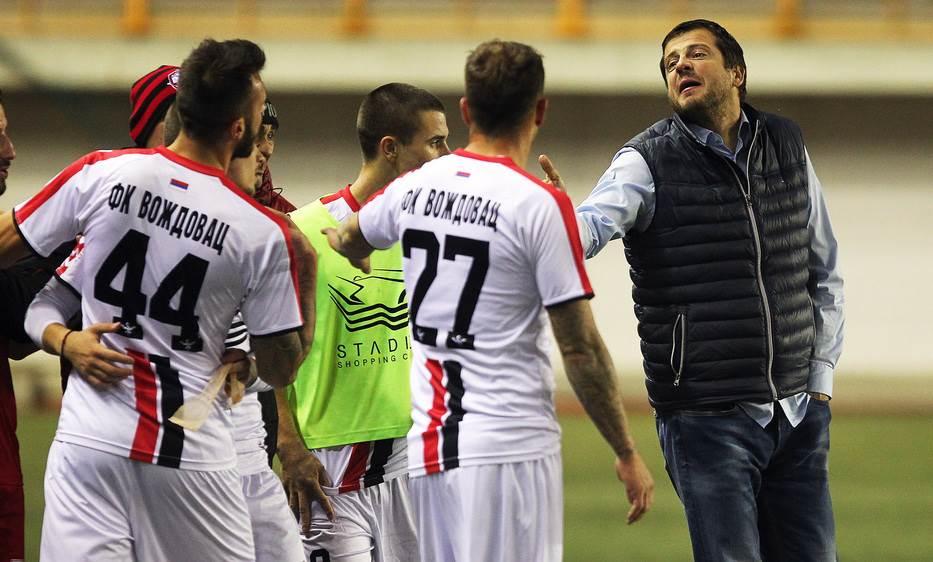 Trener Radničkog, Nenad Lalatović, u raspravi sa fudbalerima Voždovca.