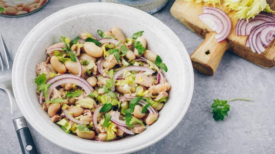 Posna salata sa tunjevinom i pasuljem