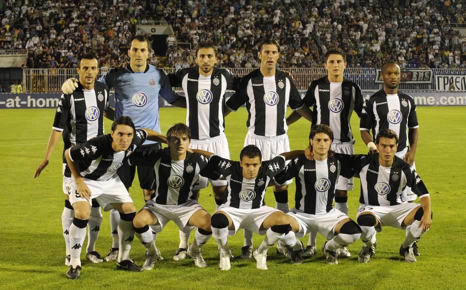 Fotografija sa utakmice Partizana iz 2009. godine na kojoj su Mladen Krstajić i Ivan Obradović.