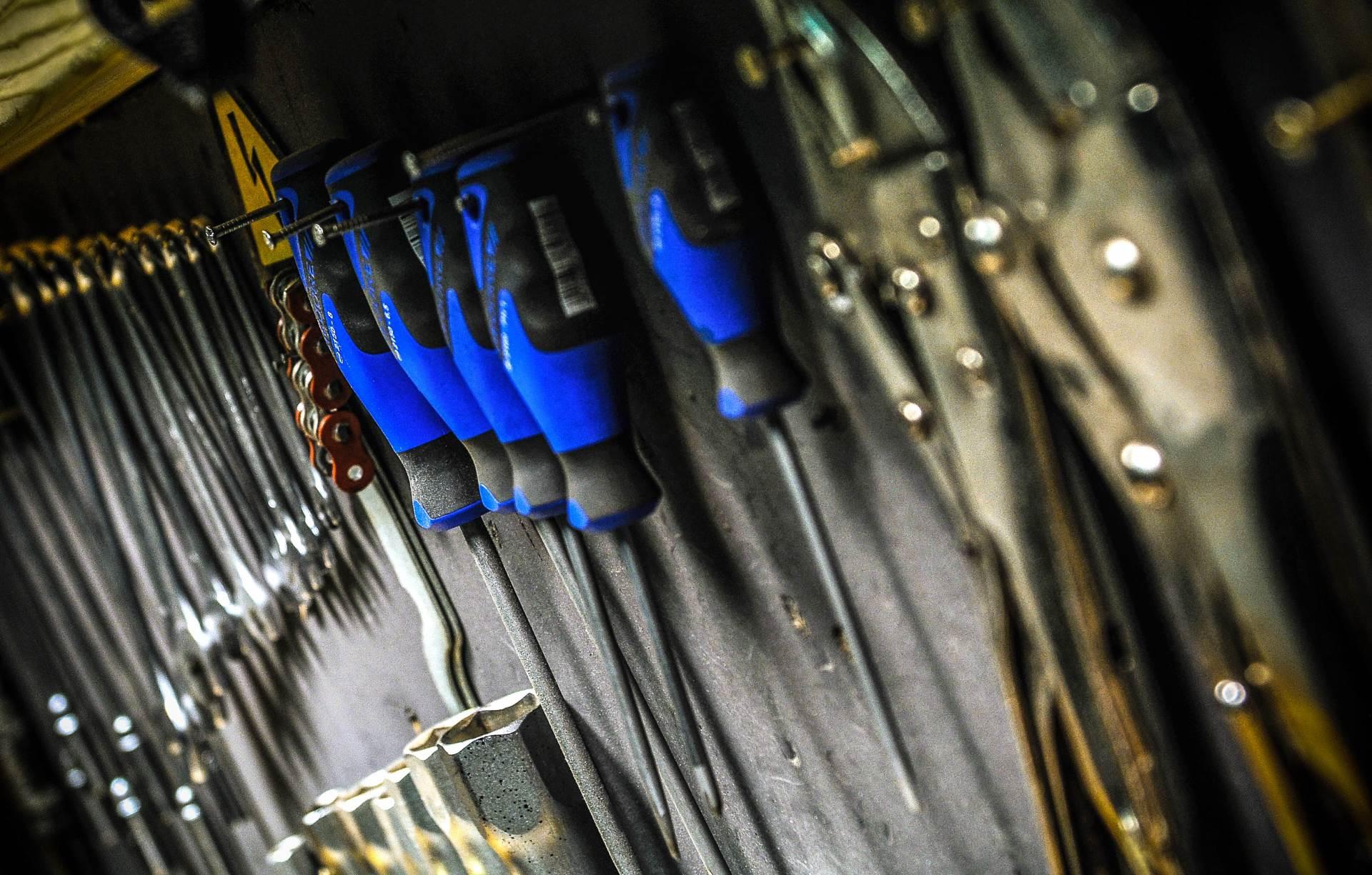 šrafciger, alat, klešta, majstor, automehaničar, popravka, kvar
