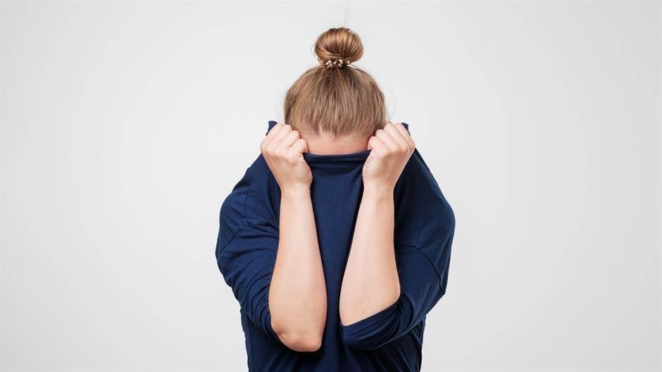 djevojka, punđa, sama, strah, introvert, anksiozna, skrivanje