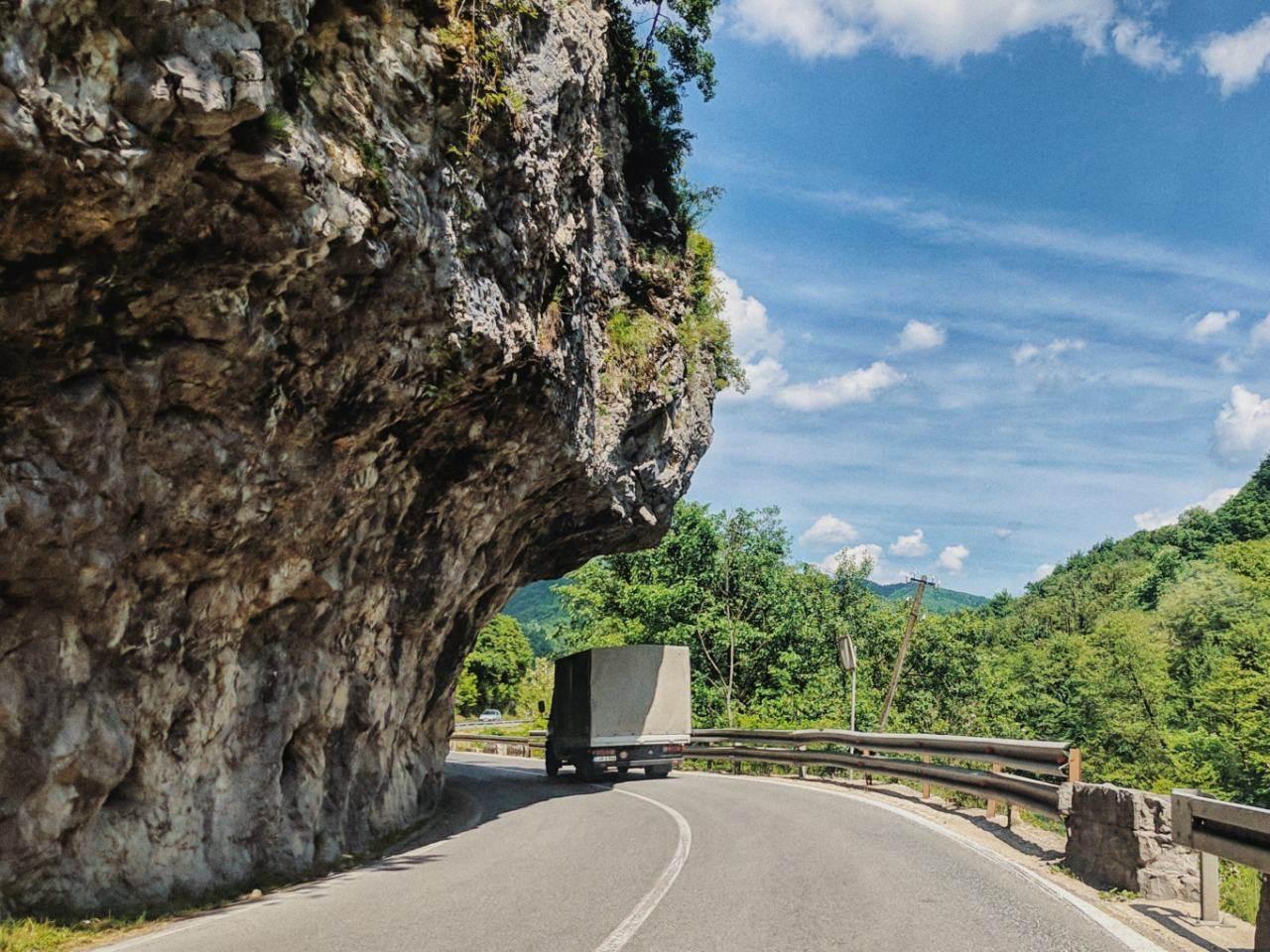 tijesno, kanjon, kamion, krivina, saobraćaj, stijena, stijene