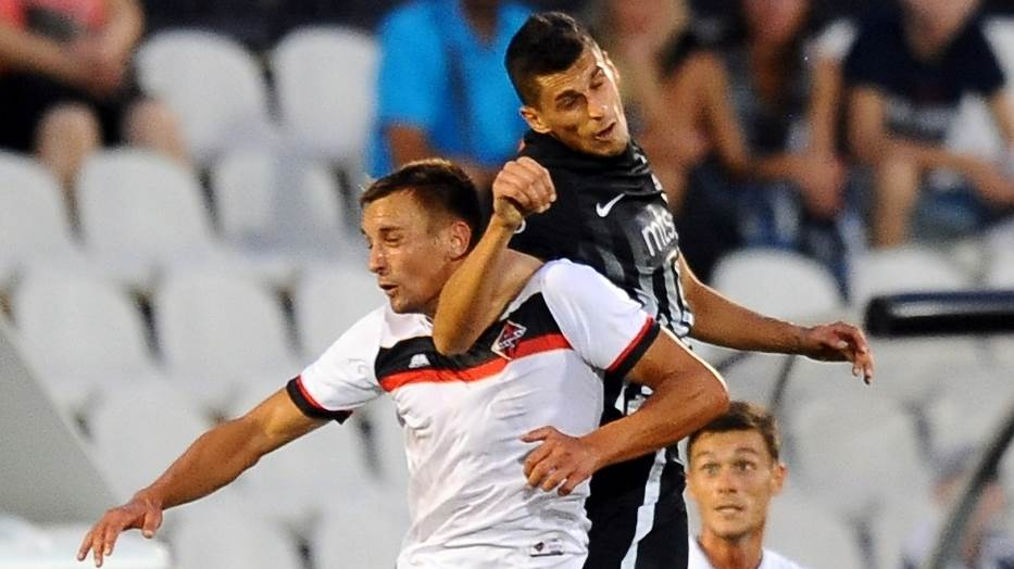 Bojan Matić i Lazar Ćirković u duelu na meču Partizan - Mačva