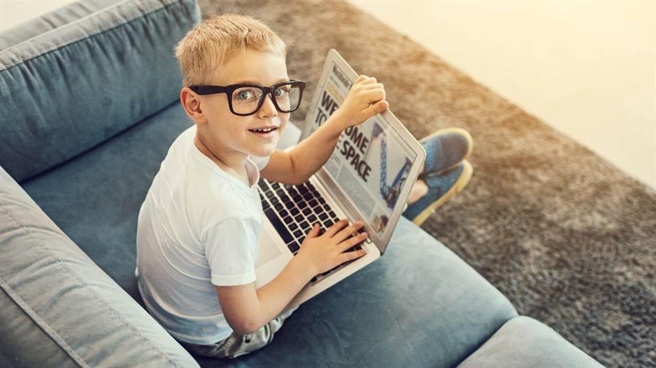 dječak, dijete, naočare, novine, laptop