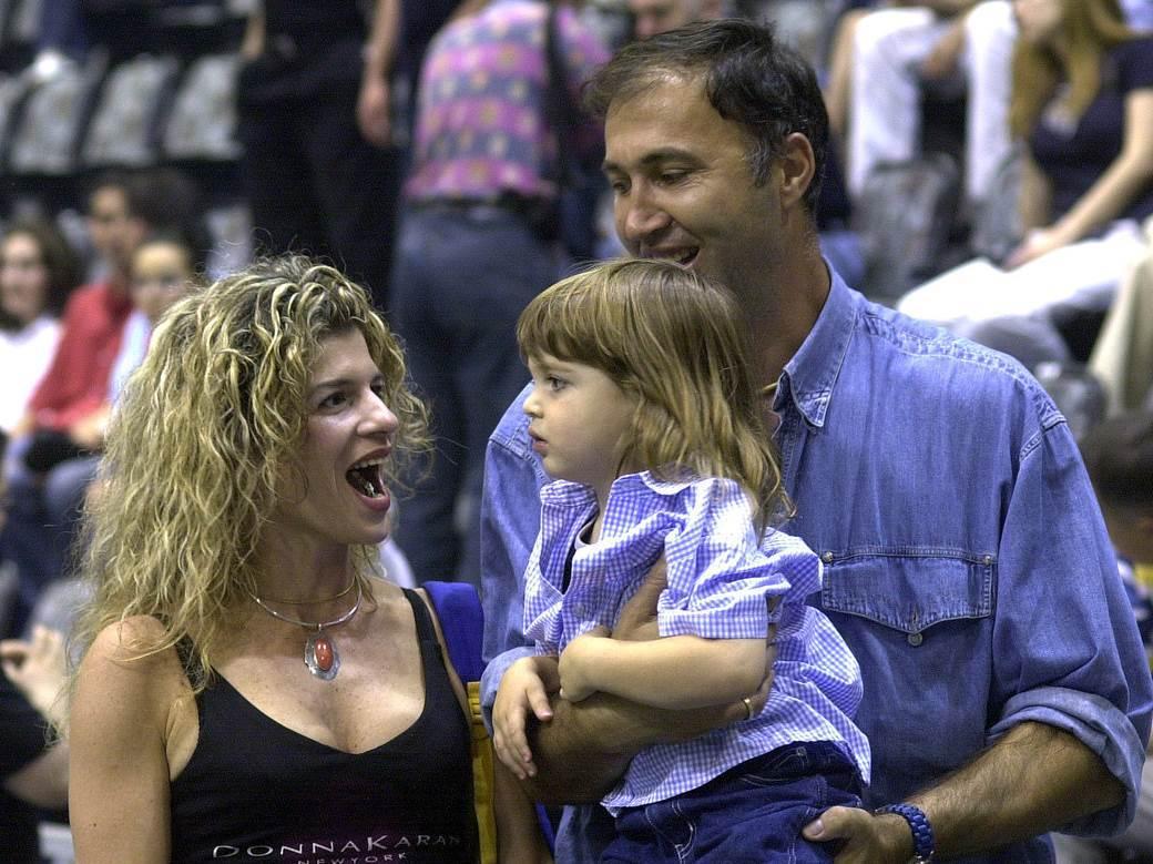 Zufer Avdija sa suprugom i sinom Denijem na utakmici Zvezde 2003. godine.