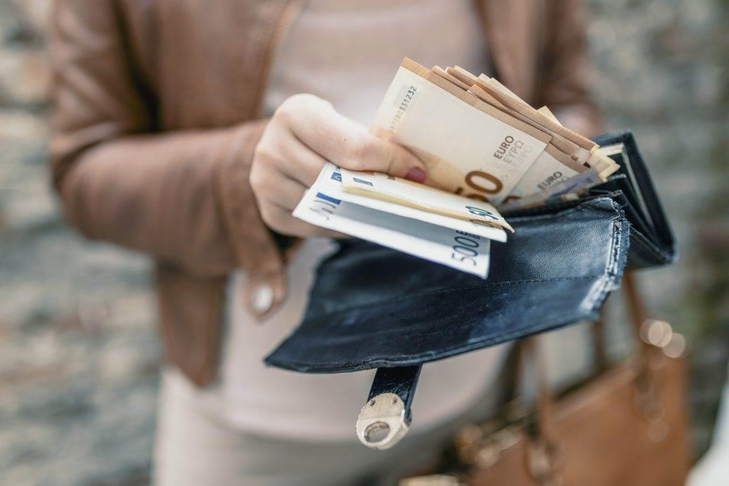 novčanik plaćanje dugovanja novac pare dug dugovanje dužnik dužnici evri evro keš