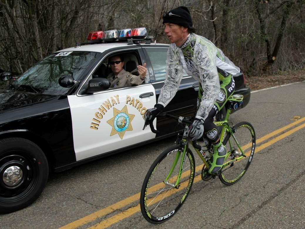 Dečko, zaustavite bicikl.