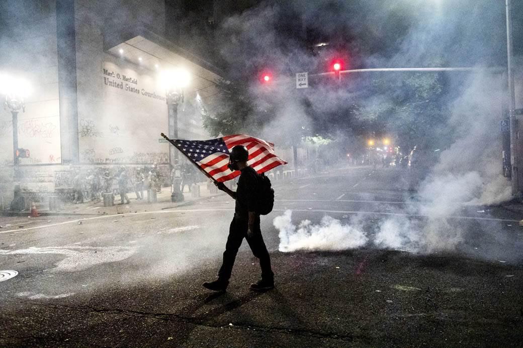 sad amerika portland protest američka zastava