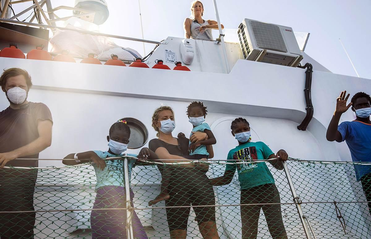baksi, banksy, brod, migranti