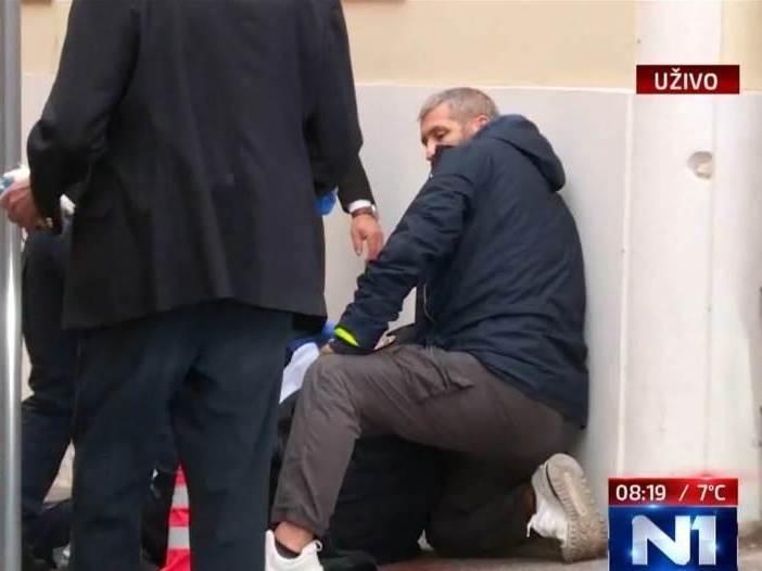 Upucan policajac ispred Vlade