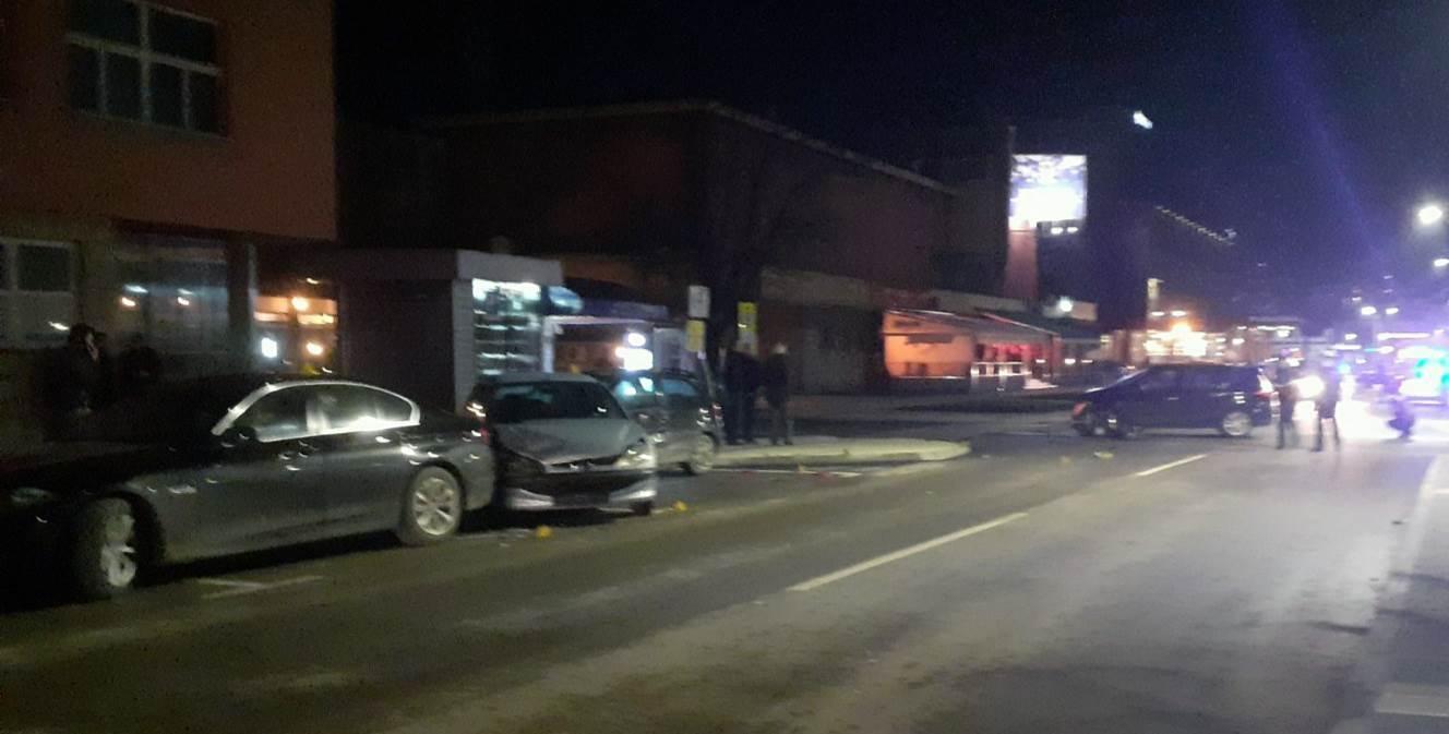 ДОБОЈ, 8. ФЕБРУАРА /СРНА/ - Два аутомобила у покрету и три паркирана возила учествовала су у судару који је догодио вечерас у Добоју, након којег су два лица упућена на медицински преглед, речено је Срни из Полицијске управе Добој.
