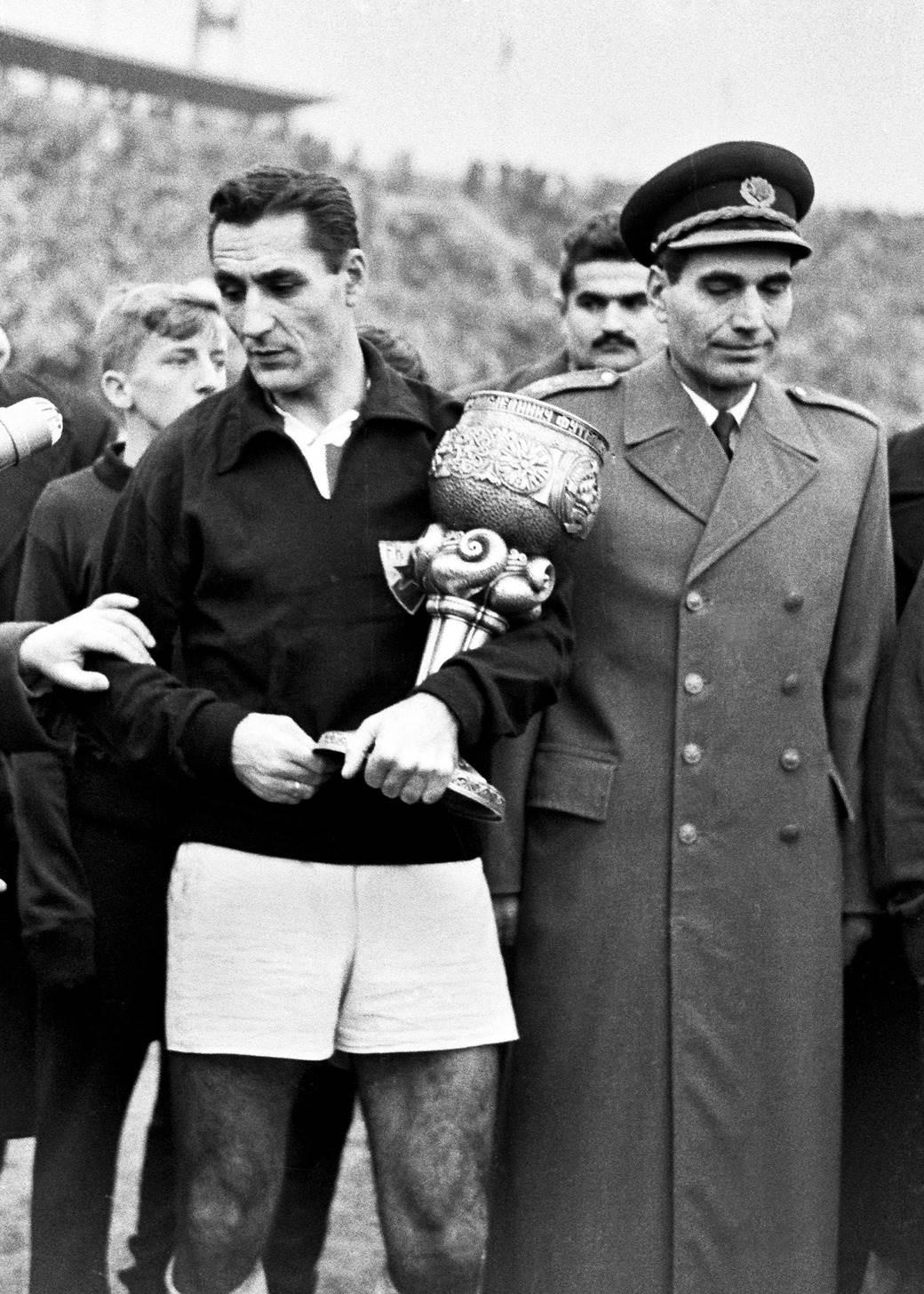 Rajko Mitić, kapiten Crvene zvezde, prima pehar Maršala Tita, za osvajača Kupa Jugoslavije. Pehar predaje general major Miloš Zekić 1958. godine.