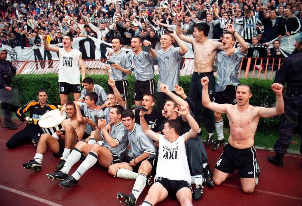 Fudbaleri Partizana proslavljaju osvajanje Kupa Jugoslavije 2001. godine