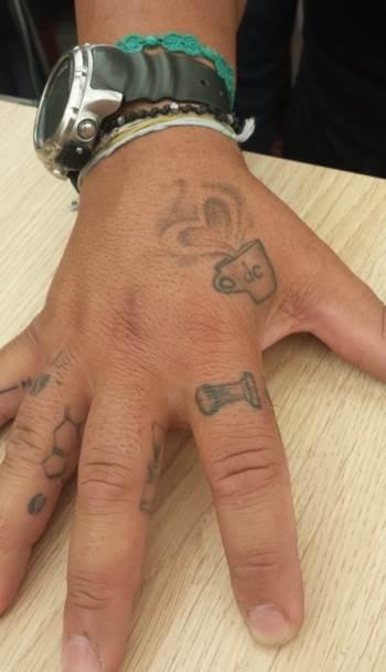 Kafa, ruke, tetovaže