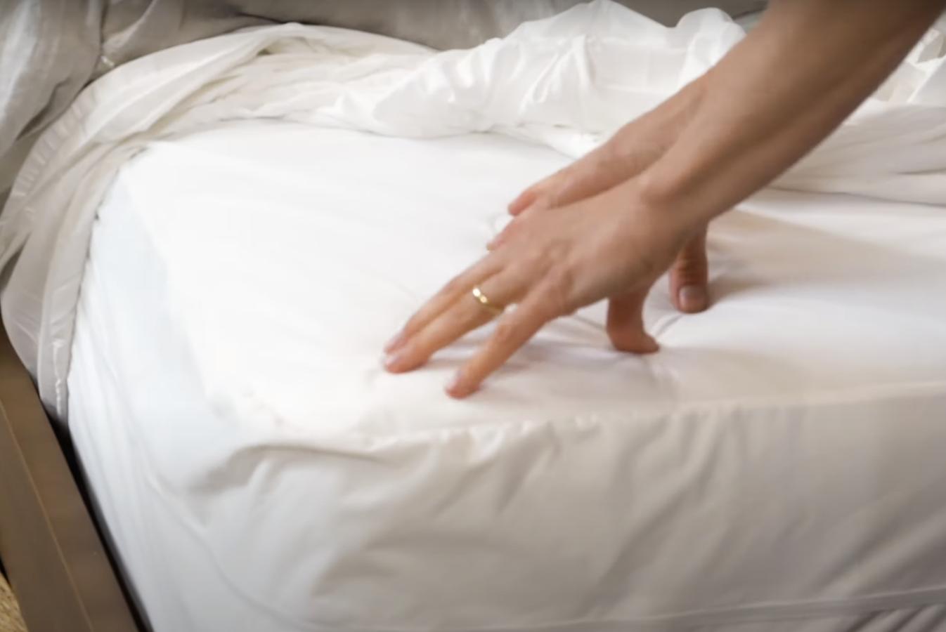 žena namešta krevet