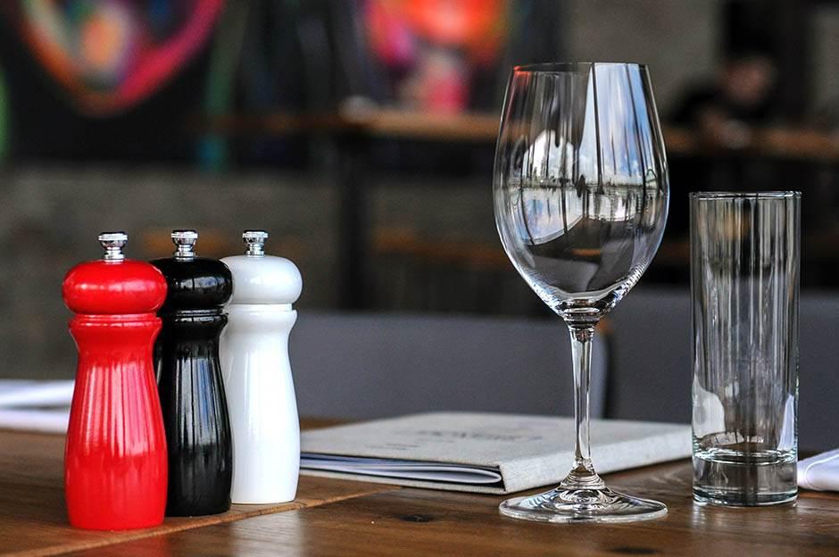 Evo zašto u restoranima nesvesno trošite više