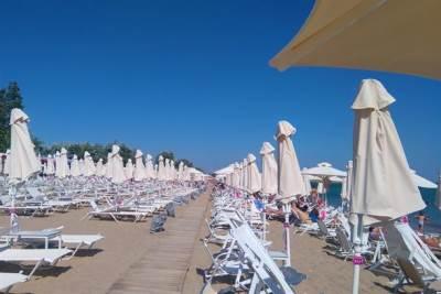 plaža more grčka odmor leto nea flogita halkidiki turisti turizam suncobran suncobrani ležaljka ležaljke